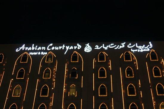 โรงแรมอาราเบียน คอร์ทยาดแอนดด์สปา: Arabian Courtyard Hotel & Spa by night...