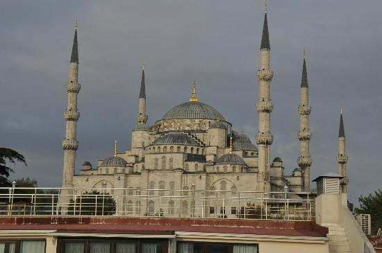 Hotel Sari Konak: View of the blue mosque from the hotel terrace