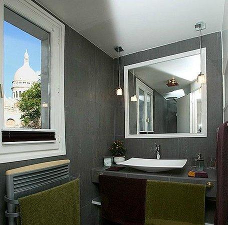 Une Chambre a Montmartre: Montmartre, vu de la salle de bain