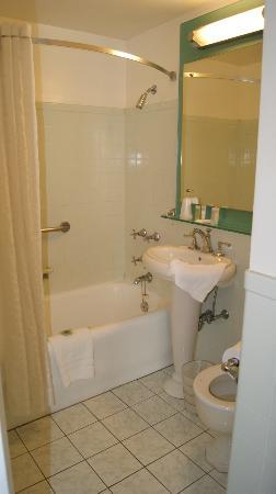 The New Yorker A Wyndham Hotel: Badezimmer mit Badewanne und großem Spiegel.