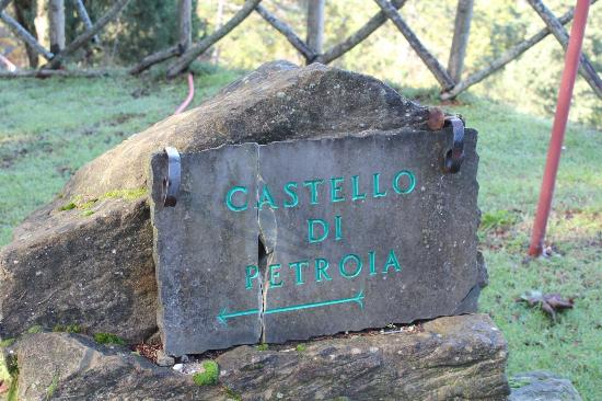 Castello di Petroia: One of the hotel signs
