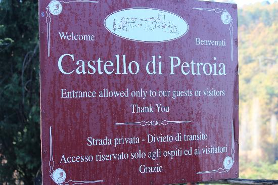 Castello di Petroia: Castle sign