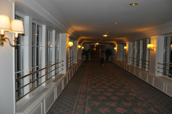 Disneyland Hotel: lobby from the room to the reception