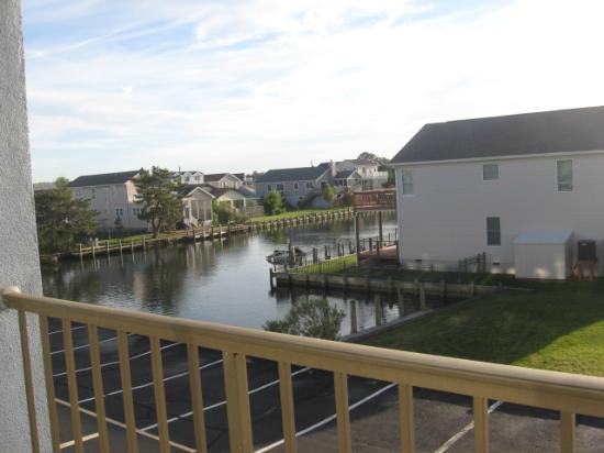 Fenwick Islander Motel: canal view from room balcony