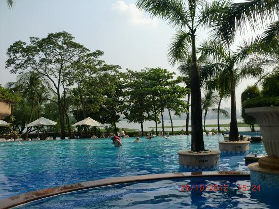 Renaissance Mumbai Convention Centre Hotel: Pool view
