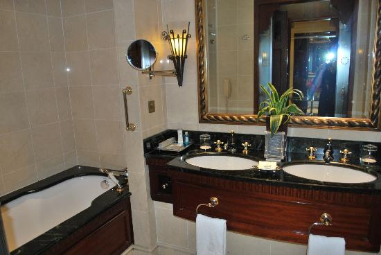 Bathroom picture of the ritz carlton dubai dubai for Bathroom designs dubai