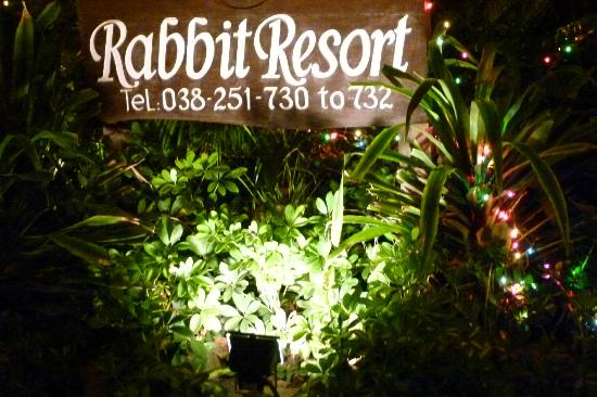 Rabbit Resort: Hotelschild am Eingang.
