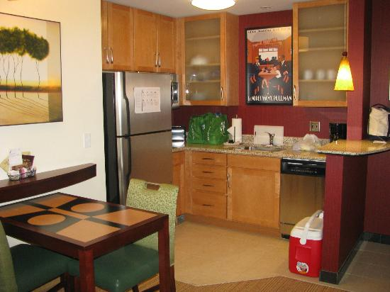 Residence Inn Pittsburgh Monroeville/Wilkins Township: Kitchen Area of King Room