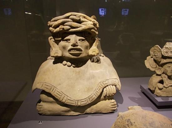 Musee du Cinquantenaire: Aztec statue