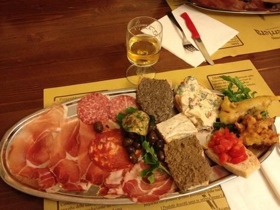 Vitorchiano, Italien: L'antipasto del menu da 16€