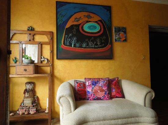 La Casa Amarilla : Comfortable couch in the living room