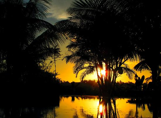 Shangri-Lanka Villa: Sunset over the pool