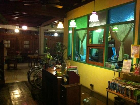 Pak Chiang Mai: lobby area with quirky garden and rest