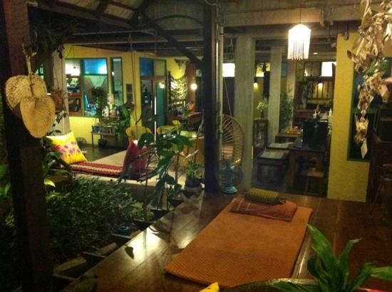Pak Chiang Mai: lounge area looking onto reception/garden etc