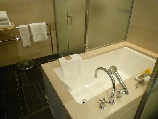 Four Seasons Hotel Tokyo at Marunouchi: バスルーム