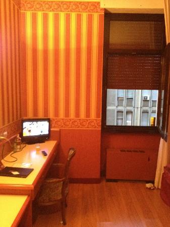 Hotel Garda: Small tv