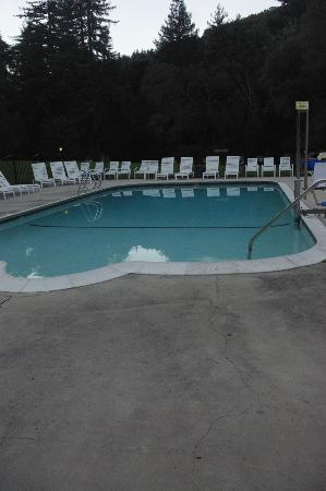Big Sur Lodge: Heated pool area