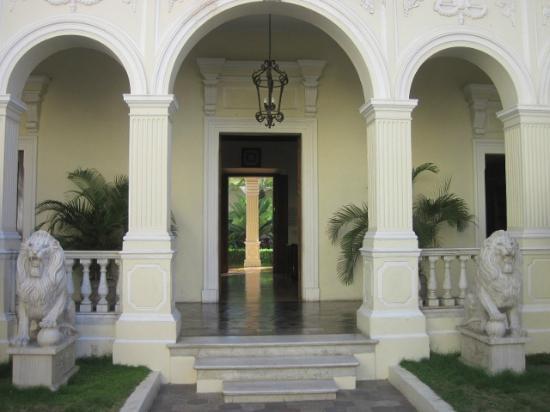 La Perla Hotel: Entrance