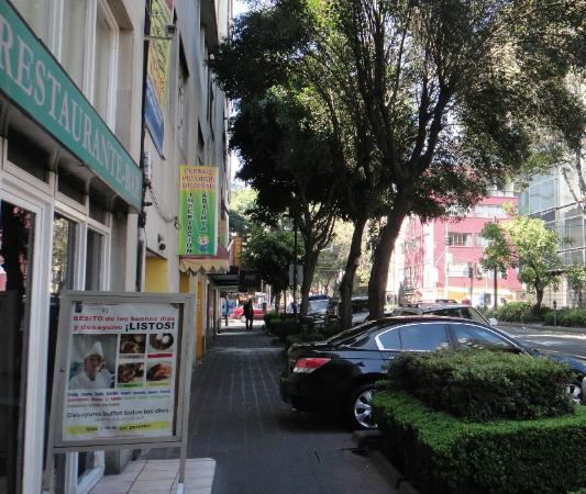 Hotel Del Principado: A placa do café da manhã promete muito mais do que é na realidade. Vista da rua em frente ao hot