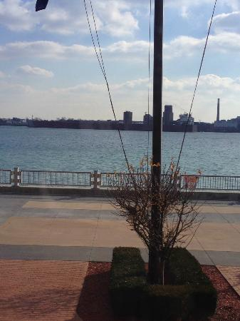 Roberts Riverwalk Hotel Detroit: View of Canada from the lobby