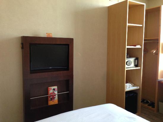 ibis Ambassador Busan City Centre: ベッド側から見たテレビ