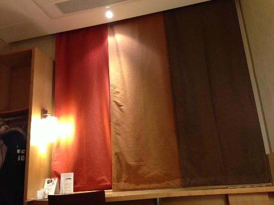 ibis Ambassador Busan City Centre: 閉めてもスタイリッシュなカーテン