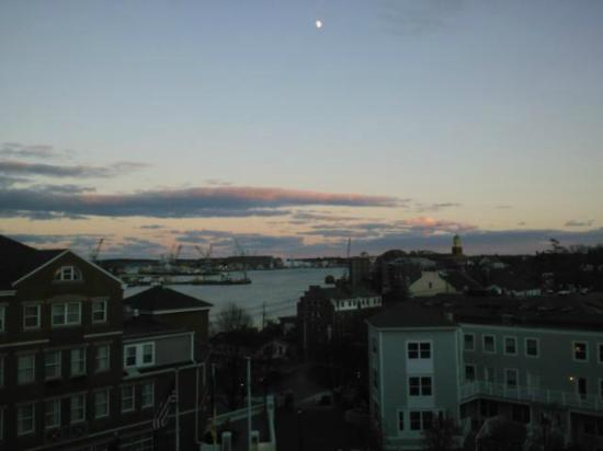 Sheraton Portsmouth Harborside Hotel: Moon over Portsmouth from our Club Level room