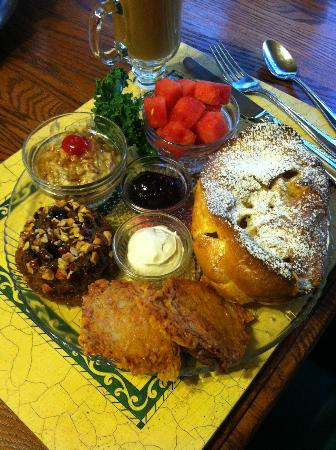 Apples Bed and Breakfast Inn: Every breakfast is better than the last.... amazing!