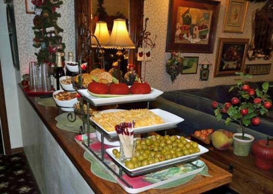 Apples Bed and Breakfast Inn: 4:00 pm Appetizer spread in the main room.