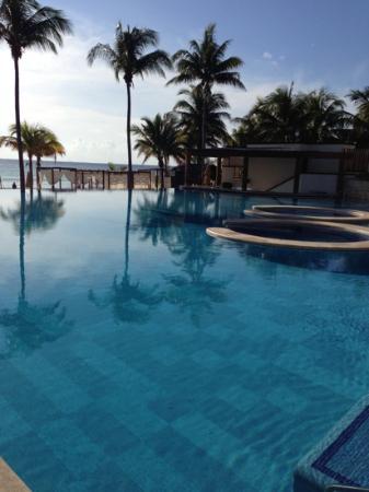 Azul Beach Resort The Fives Playa Del Carmen: piscine côté mer