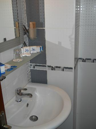 Amber Hotel: Bathroom amenities