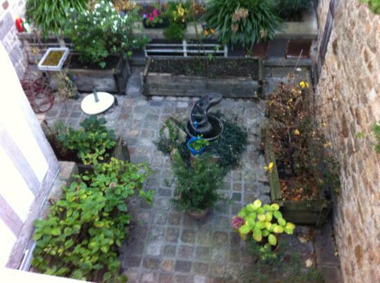 Auberge Saint-Pierre: Giardino interno