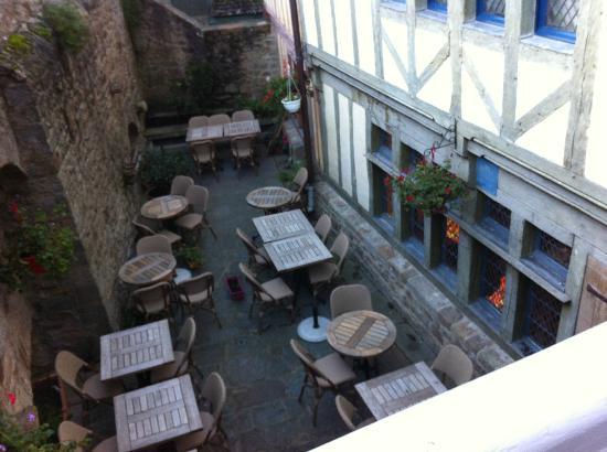 Auberge Saint Pierre: giardino interno