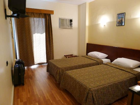 فندق كينج: clean, brightly lit room 