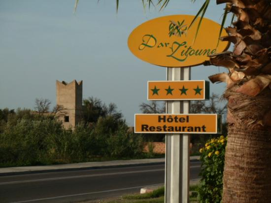 Hotel Dar Zitoune: Sign outside, by the road