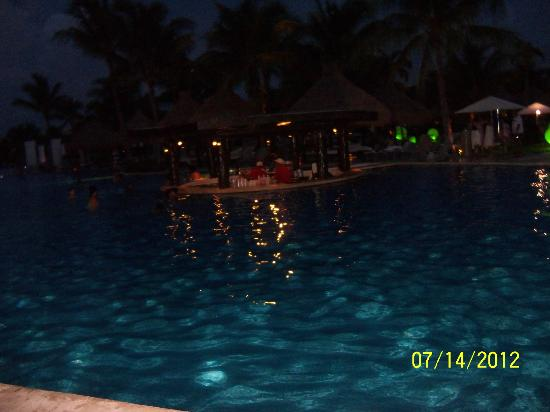 The Grand Mayan Riviera Maya: Night view of the pool bar