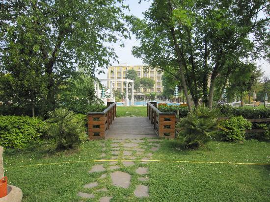 Hotel Harrys' Garden: Boschetto dell'hotel