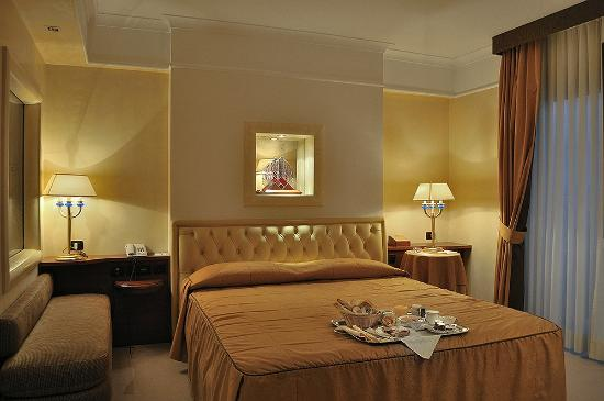 suite de luxe picture of hotel pineta palace rome tripadvisor. Black Bedroom Furniture Sets. Home Design Ideas