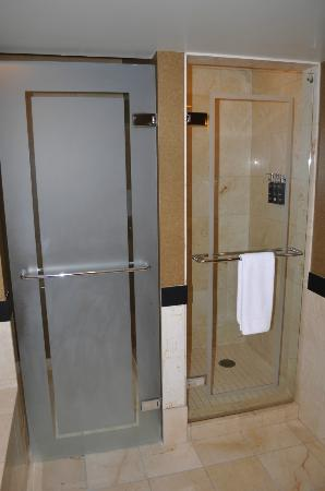 The Grand Hotel Minneapolis - a Kimpton Hotel: Shower (r) and toilet (l)