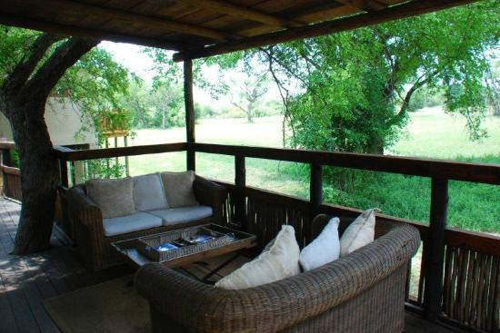Notten's Bush Camp: deck family room