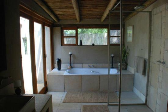 Notten's Bush Camp: family room bathroom