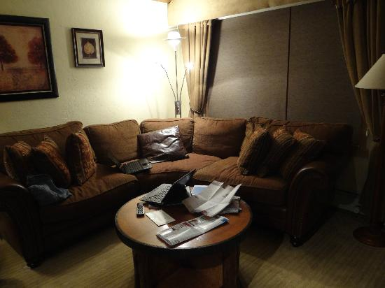 The Lodge at Vail, A RockResort: Comfortable sofa