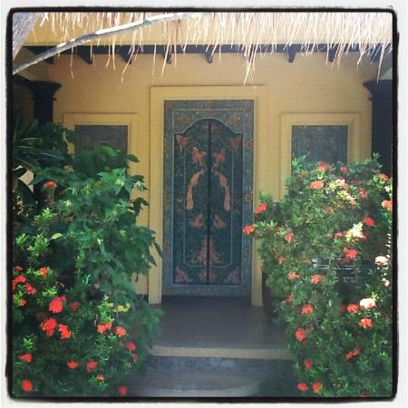 Life in Amed Boutique Hotel: Beach Cottage carved doors