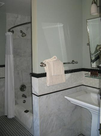 El Tovar Hotel: Bell Boy Suite Bathroom 