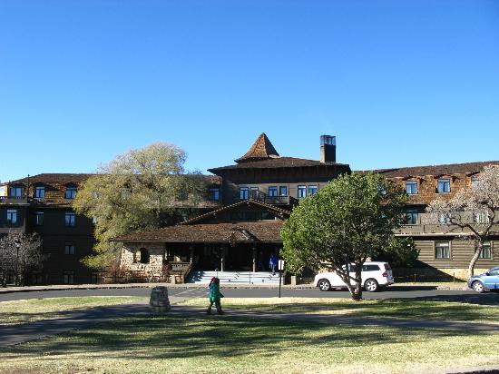 El Tovar Hotel: Hotel grounds 