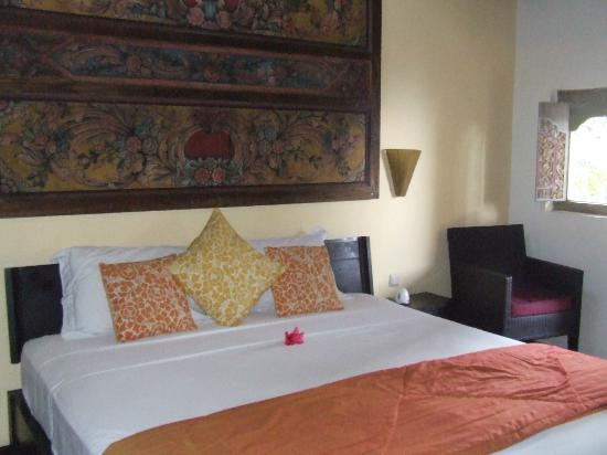 Life in Amed Boutique Hotel: Beach Cottage King Size bed & lovely wood carving