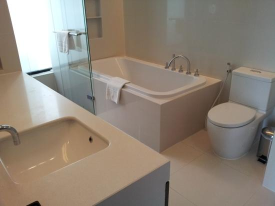 Fraser Suites Sukhumvit: Spacious well thought of bathroom