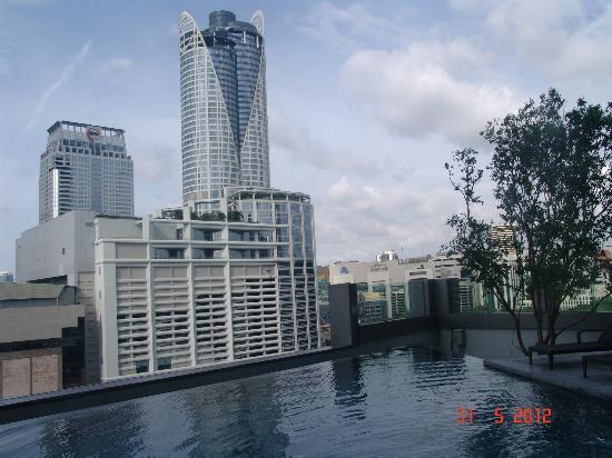 Novotel Bangkok Platinum Pratunam: вид с бассейна