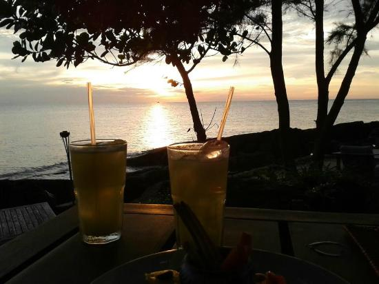 Mango Bay Resort: Cocktails and Sunset