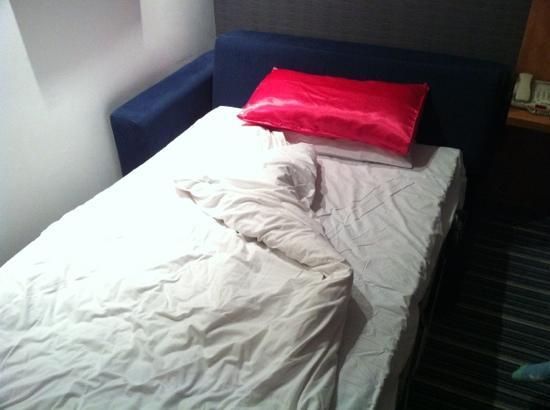 Holiday Inn Express Nuneaton: Double sofa bed at the Holiday Inn express in Nuneaton - 114cm wide, slightly bigger than a sing